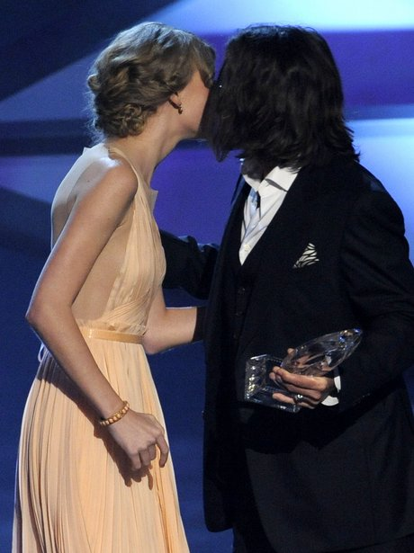 Taylor Swift kisses Johnny Depp at the People's Choice Awards