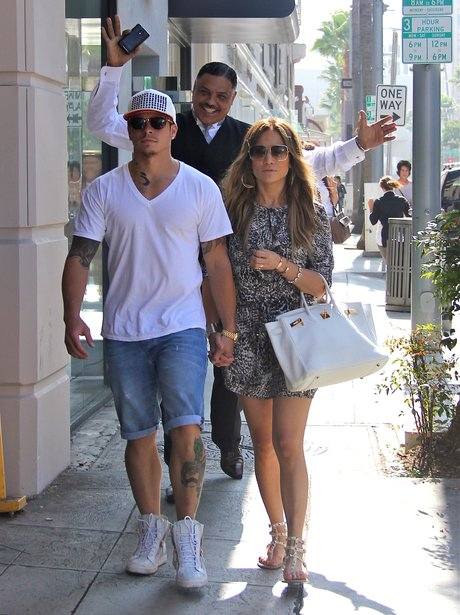 Jennifer Lopez and Casper Smart photobomb