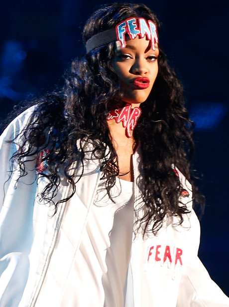 Rihanna performs at the MTV Movie Awards 2014